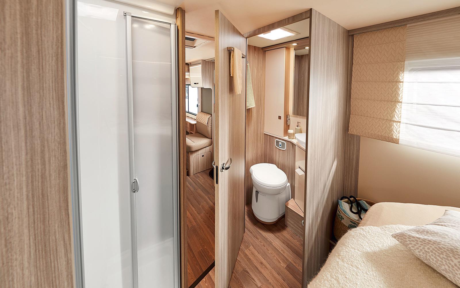 kúpeľňa s oddeleným sprchovým kútom