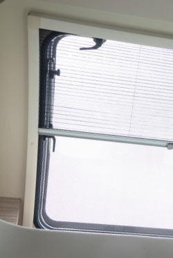 Otváracie okná so zaťemnovaním a sieťkou proti hmyzu