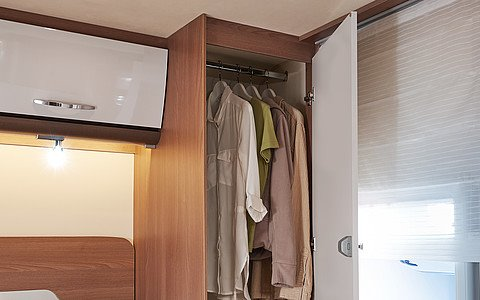 Šatníkové skrine hneď vedľa postele z každej strany