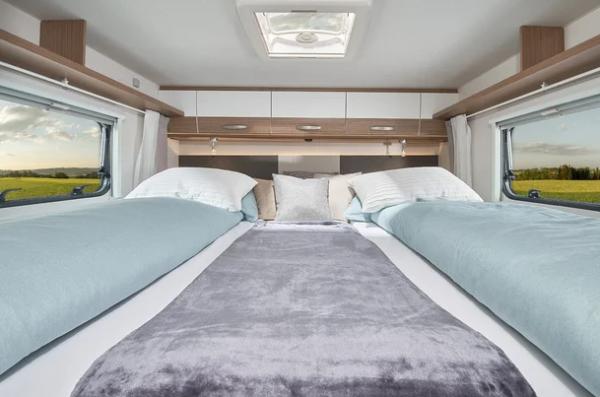 Manželská posteľ v zadnej časti