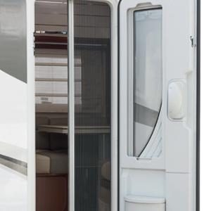 Vstupné dvere s oknom, integrovaným odpadkovým košom a skladanou posuvnou sieťkou  proti komárom